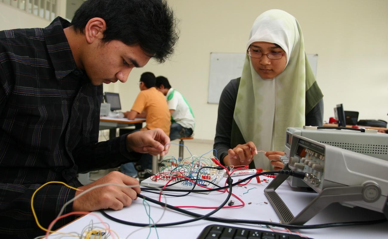Teaching students applied research and technology skills
